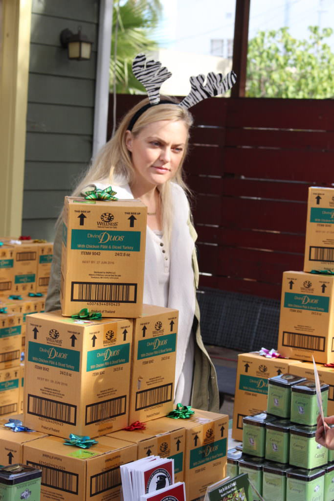 Elaine Hendrix passing out food. Image source: Kitty Bungalow